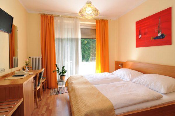 Zimmer mit Balkon & Flat TV