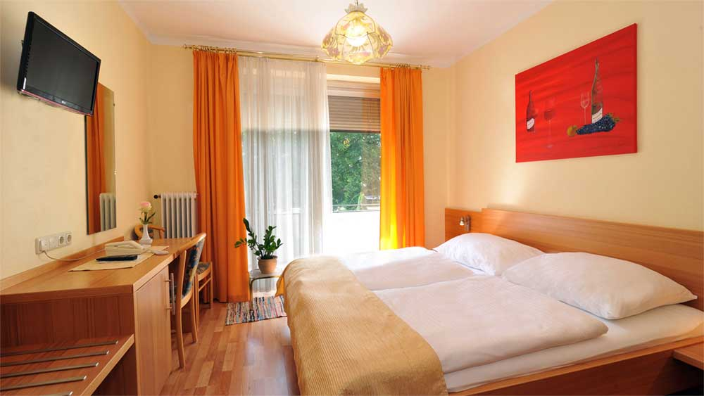 Doppelzimmer mit Balkon & Flat TV